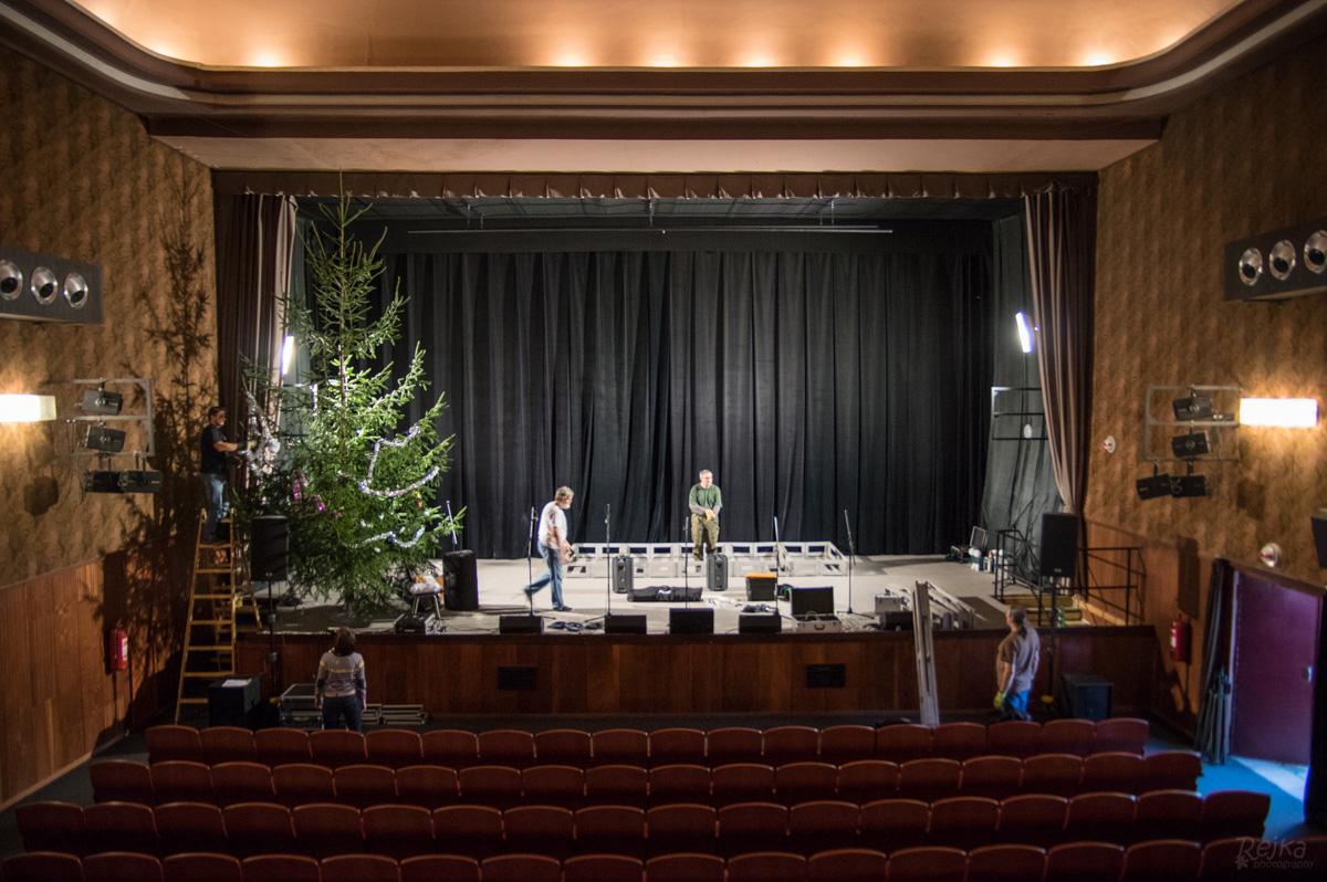 Přípravy sálu pro 400 diváků v sále kina Lípa v Duchcově, foto Rejka Balcarová.